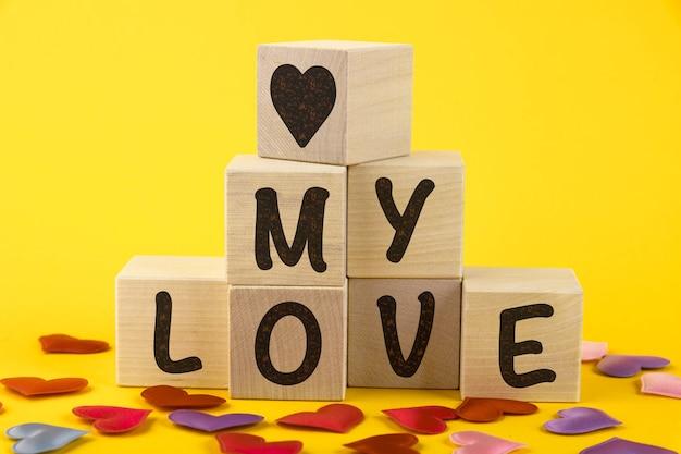 Mijn liefde, tekst, letters zijn geschreven op houten kubussen in de vorm van een piramide, close-up.