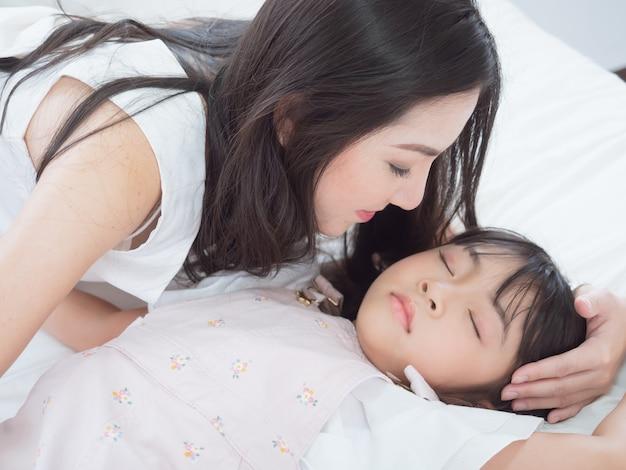 Mijn moeder sliep en omhelsde haar in bed