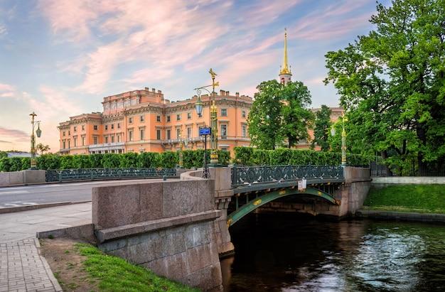 Mikhailovsky-kasteel in st. petersburg en brug met lantaarns