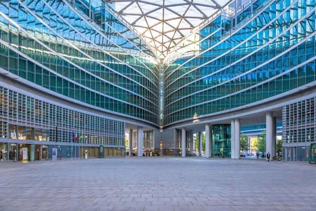 Milaan, itali - circa september 2020: gelegen in het centrum van milaan, de regio lombardia (lombardije) is een van de beroemdste moderne wolkenkrabbers in italië