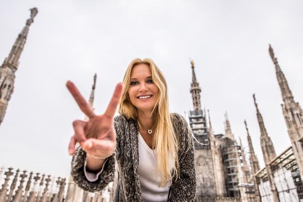 Milaan, vrouw op excursie op de top van de kathedraal