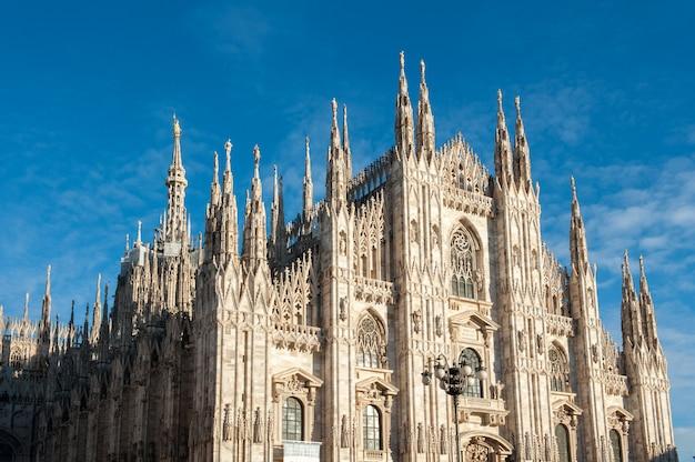 Milan cathedral onder blauwe hemel