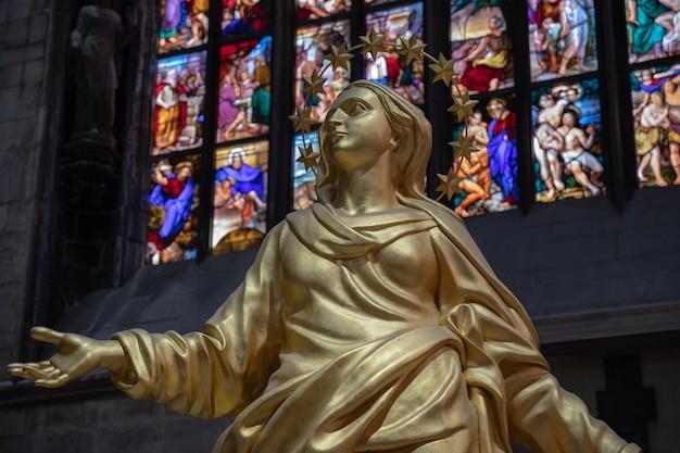 Milan, italië - 27 juni, 2018: panoramisch uitzicht op het interieur van de kathedraal van milaan (duomo di milano) is de kathedraal kerk van milaan. opgedragen aan de heilige maria van de geboorte, is het de zetel van de aartsbisschop van milaan
