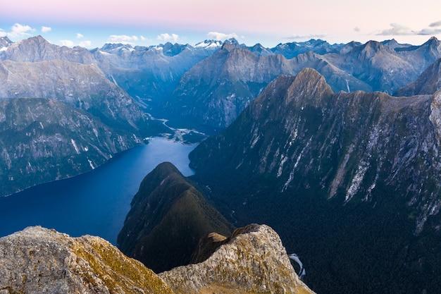 Milford sound piopiotahi en darran mountains vanuit mitre peak fiordland national park