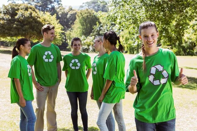 Milieu-activist duimen opdagen