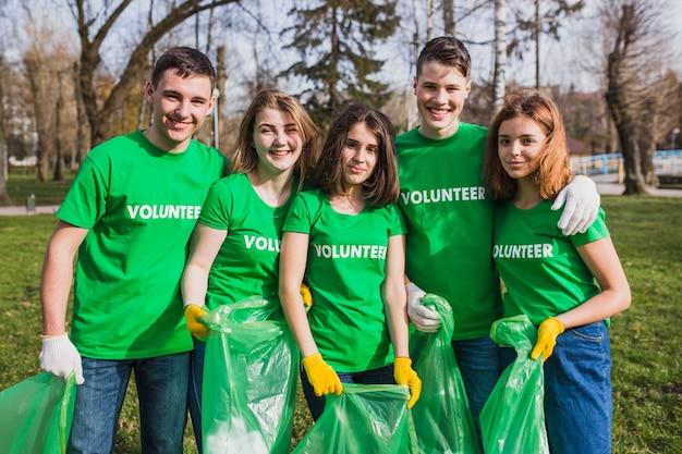 Milieu en vrijwilligersconcept met groep con grupo