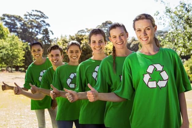 Milieuactivisten die bij camera glimlachen