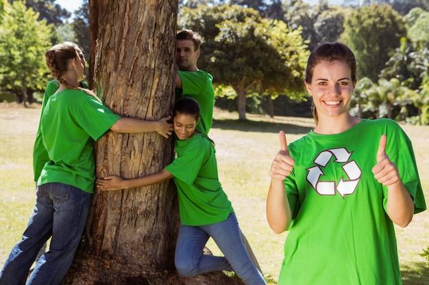 Milieuactivisten die een boom in het park koesteren
