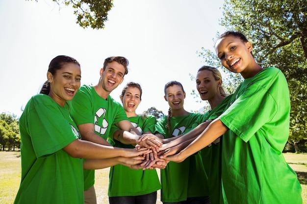 Milieuactivisten die handen samenbrengen
