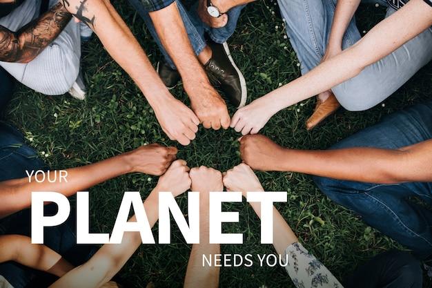 Milieubanner met mensenhanden die de planeet redden
