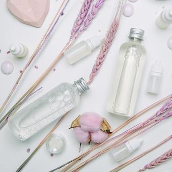 Milieucosmetica in potten met roze. fles natuurlijke ingrediënten flatley.