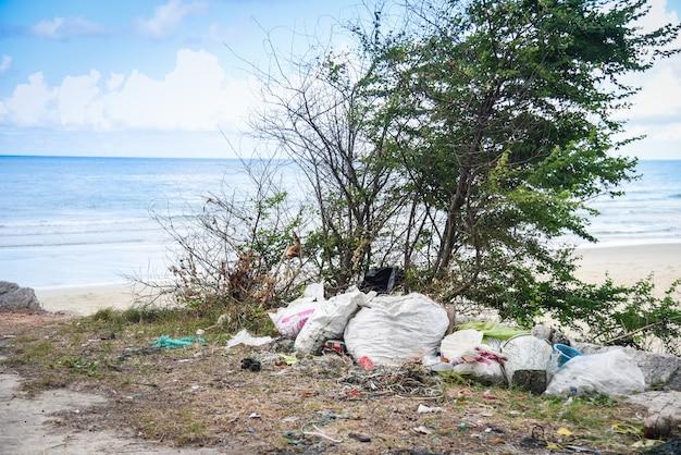 Milieuprobleem van plastic vuilnisvervuiling in oceaan