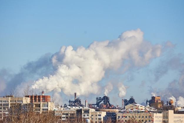 Milieuramp. slechte omgeving in de stad. schadelijke emissies in het milieu. rook en smog. vervuiling van de atmosfeer door fabriek. uitlaatgassen