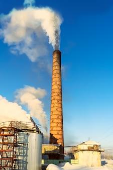Milieustofconcept met luchtverontreinigingspijp