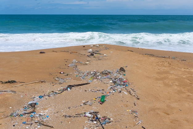 Milieuvervuiling door plastic afval op mai khao beach, phuket, thailand.