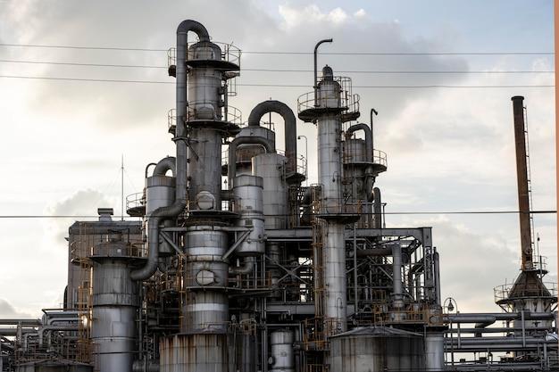 Milieuvervuiling en industrie exterieur bij daglicht