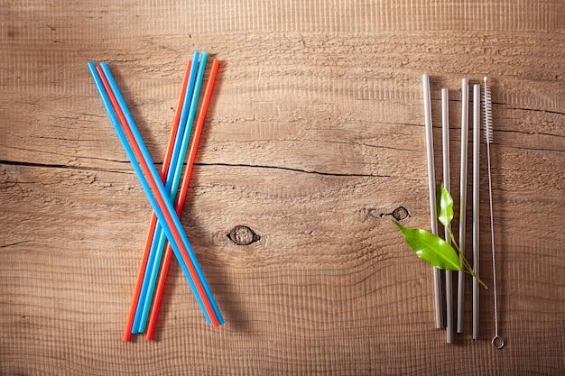 Milieuvriendelijk plastic rietje voor eenmalig gebruik in plastic en herbruikbaar metaal. nul afval concept