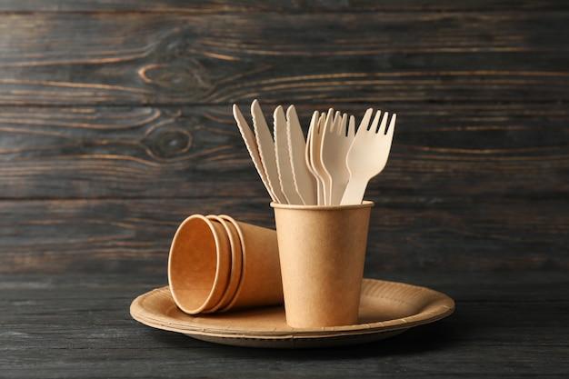 Milieuvriendelijk servies op houten, ruimte voor tekst