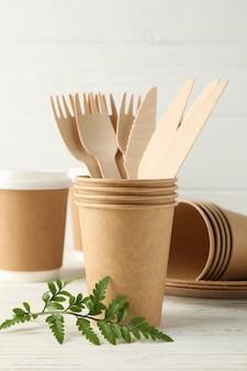 Milieuvriendelijk servies op houten tafel, ruimte voor tekst