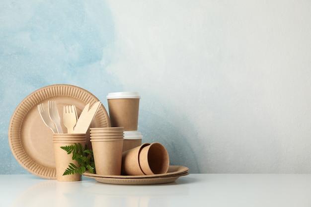 Milieuvriendelijk servies op wit, ruimte voor tekst
