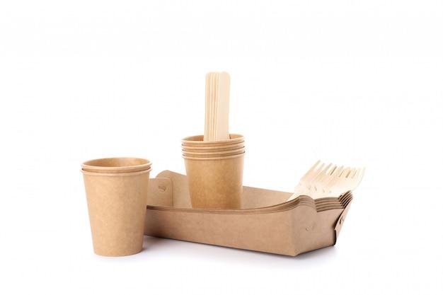 Milieuvriendelijk vaatwerk dat op wit wordt geïsoleerd. wegwerp gerechten