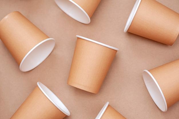 Milieuvriendelijk wegwerpservies achtergrond van papieren bekers
