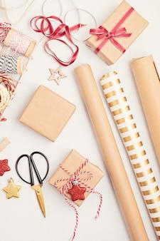 Milieuvriendelijke alternatieve groene kerstcadeaus omwikkeld met gerecycled knutselpapier