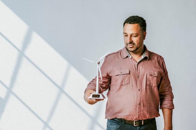 Milieuvriendelijke ingenieur die aan een zonnepaneelproject werkt