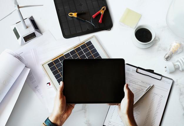 Milieuvriendelijke ingenieur die een tablet vasthoudt