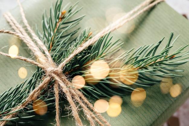 Milieuvriendelijke kerstcadeauverpakking, geschenkdoos verpakt in groen kraftpapier en jute touw