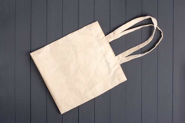 Milieuvriendelijke non-woven tas op een donkergrijze houten tafel