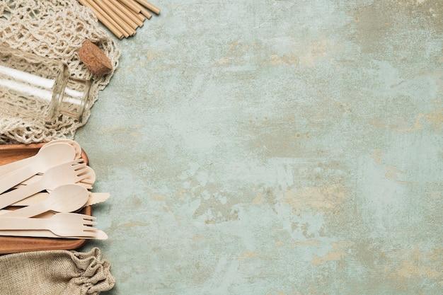 Milieuvriendelijke objecten met kopie ruimte op cement achtergrond