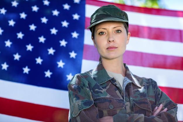 Militair die zich voor amerikaanse vlag bevindt