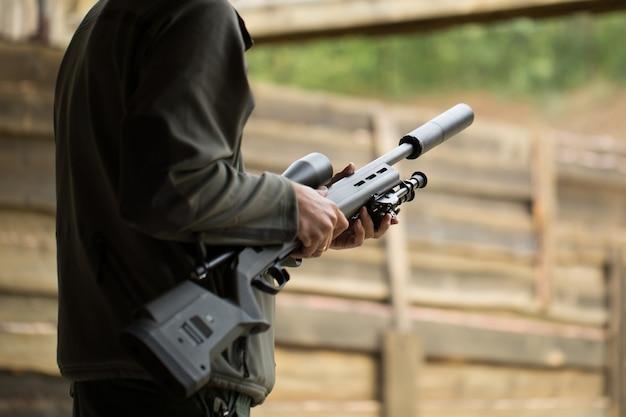Militair houdt wapens in handen van