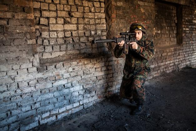 Militair in de oorlog met wapens
