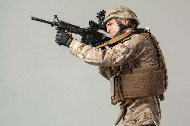 Militair in het geweer van de camouflageholding