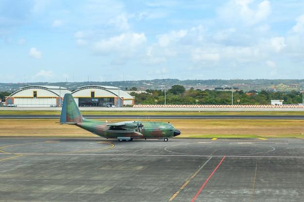 Militair legervliegtuig bij de luchthaven op de baan