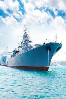 Militair marineschip in de baai tegen blauwe hemel