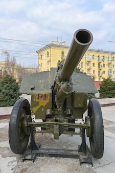 Militair materieel uit de tweede wereldoorlog op de straat van volgograd.