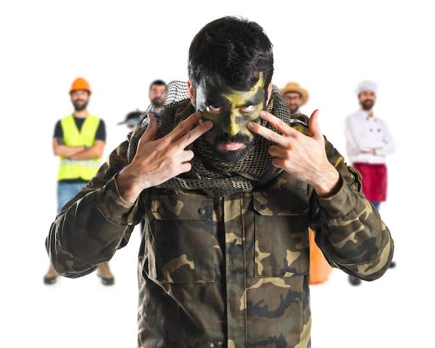 Militair met gezicht geschilderd