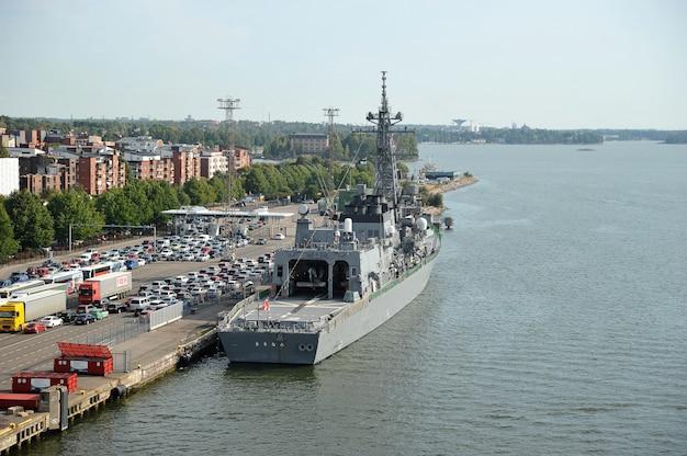 Militair schip bij de ladingsterminal in de haven van helsinki