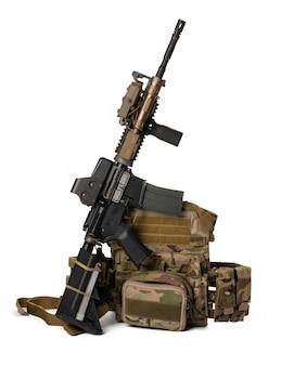 Militair stuk speelgoed airsoftgeweer dat op wit wordt geïsoleerd