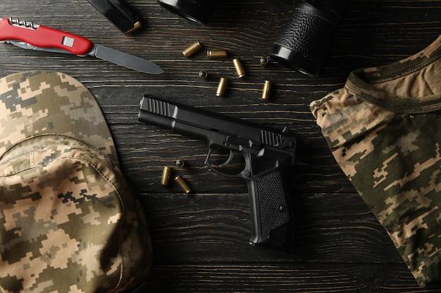 Militaire accessoires op hout, bovenaanzicht