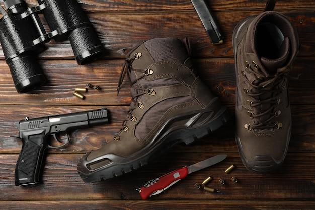 Militaire accessoires op houten, bovenaanzicht