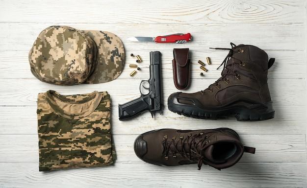 Militaire accessoires op wit hout, bovenaanzicht