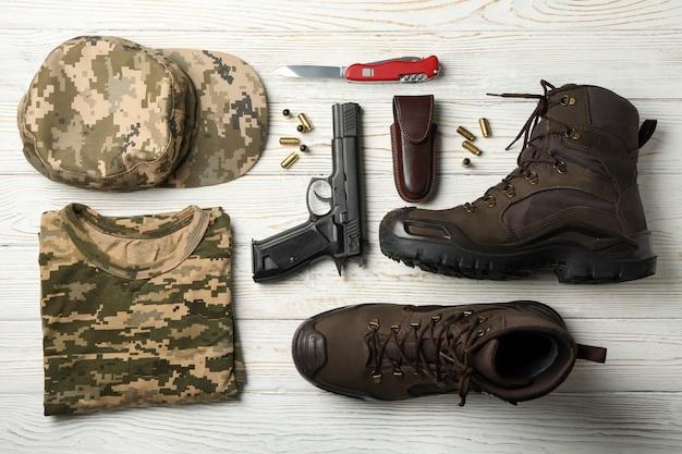 Militaire accessoires op witte houten, bovenaanzicht