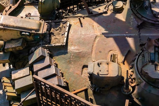 Militaire achtergrond - een fragment van een roestige toren van een oude tank met ambachtelijk reactief pantser
