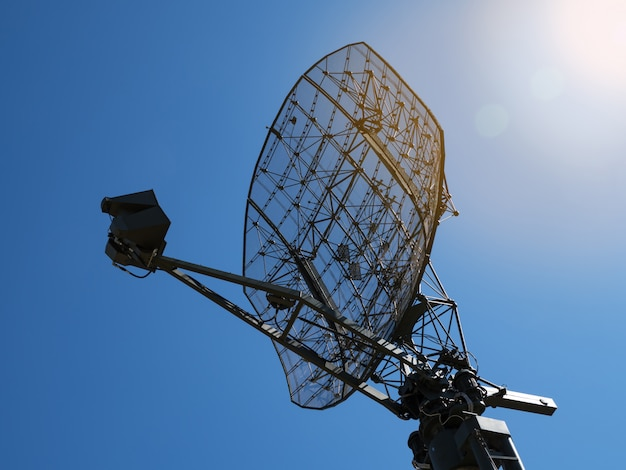 Militaire directionele antenne op een blauwe hemel.