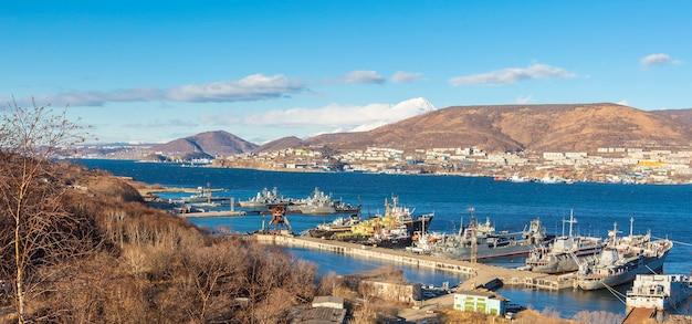 Militaire en reddingsschepen in de haven van petropavlovsk-kamchatsky Premium Foto