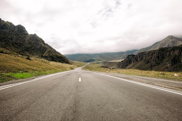 Militaire georgische weg in de bergen van de kaukasus